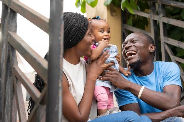 Счастливая семья среднего размера с ребенком