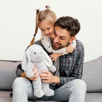 Средний снимок счастливых отца и ребенка