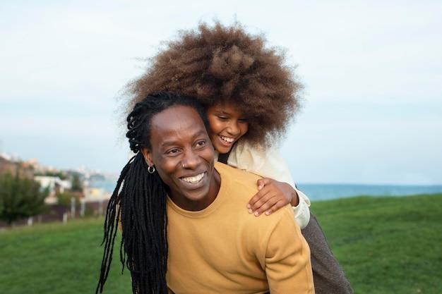 Tiro medio felice padre e ragazza