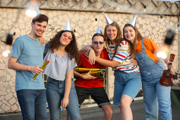 パーティーでミディアムショットの幸せな友達