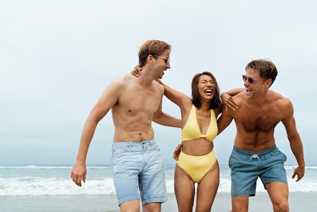 해변에서 미디엄 샷 행복한 친구들