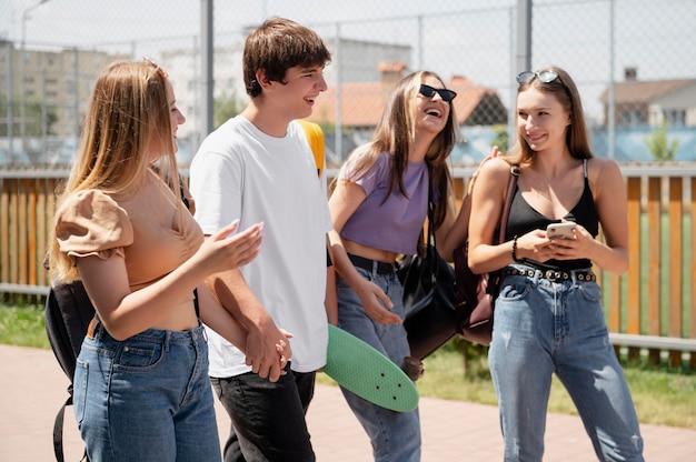 Coppia e amici felici di tiro medio