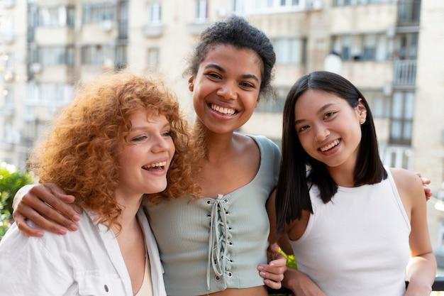 Средний снимок счастливых друзей на открытом воздухе