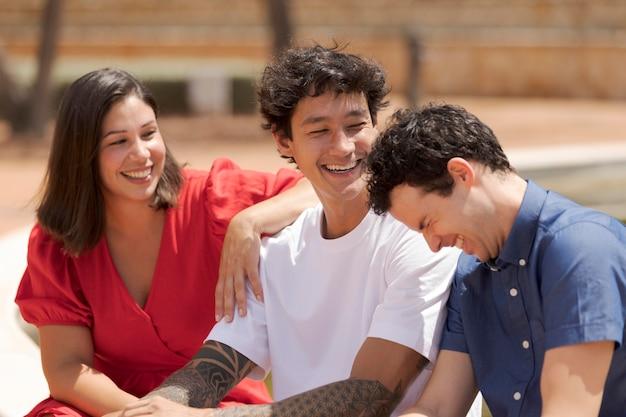 Средний план счастливых друзей снаружи