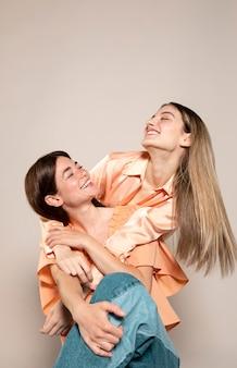 Средний снимок счастливых друзей позируют