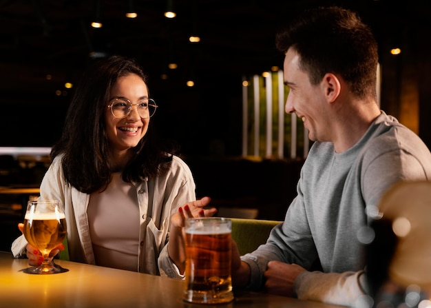 Amici felici del colpo medio al pub