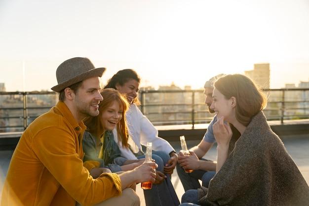 Средний план счастливых друзей городской образ жизни