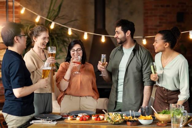 Amici felici del colpo medio con le bevande