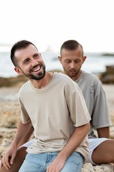 ミディアムショットの幸せな同性愛者のカップル