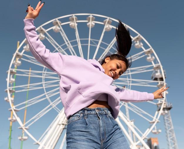 Средний план счастливая девушка в парке развлечений