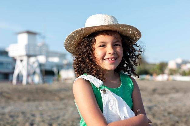 중간 샷 해변에서 행복 한 여자