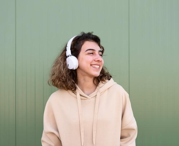 헤드폰으로 중간 샷된 행복 한 여자
