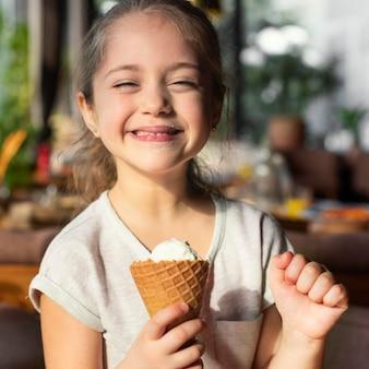 ミディアムショットの幸せな女の子とアイスクリーム