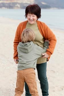 Средний план счастливые бабушка и ребенок