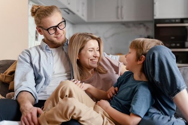 ミディアムショットの幸せな子供と両親