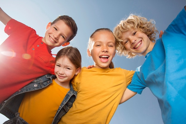 중간 샷 행복한 아이들이 함께
