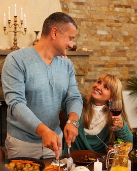 Средний снимок счастливых мужчины и женщины