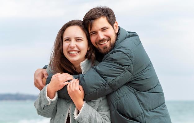 ミディアムショットの幸せな男と女