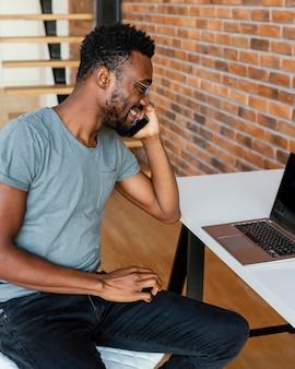Средний снимок счастливый человек разговаривает по телефону