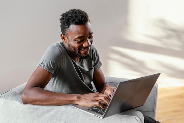 Средний снимок счастливый человек с ноутбуком