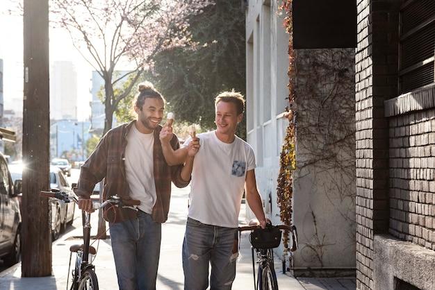 Средний снимок счастливых мужчин с мороженым