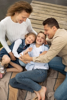 ミディアムショットの幸せな親と子供