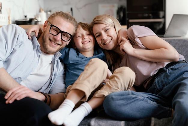 Genitori e bambino felici del colpo medio