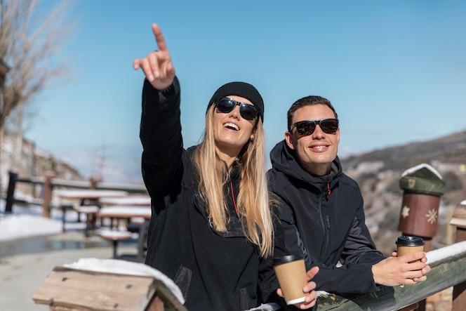 средний план счастливых людей на открытом воздухе