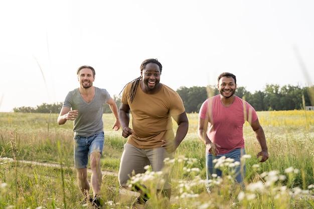 ミディアムショットの幸せな人々の屋外