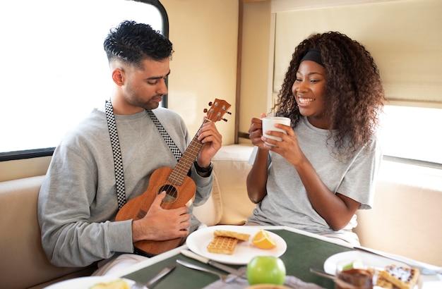 Средний план счастливых людей с едой