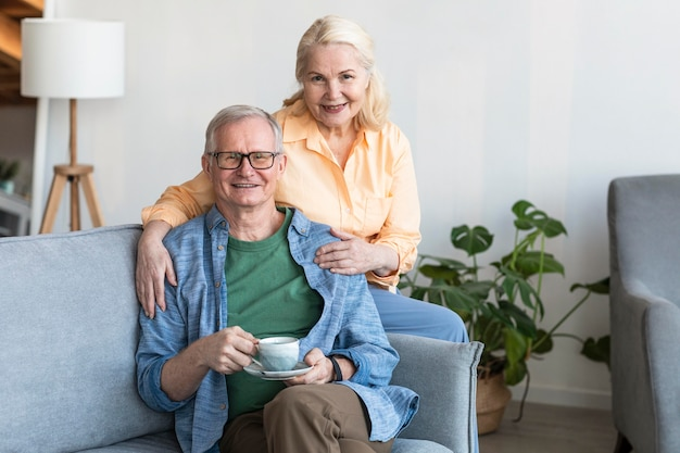 Средний снимок счастливая пара пенсионеров