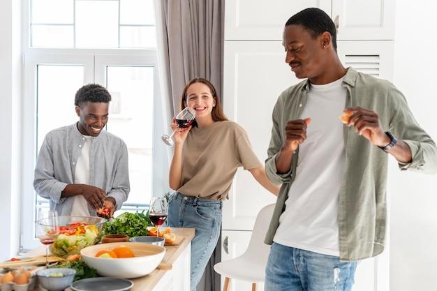 Средний снимок счастливых соседей по комнате дома
