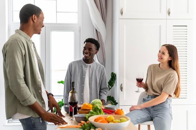 Средние кадры счастливых соседей по комнате в помещении