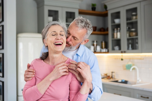 중간 샷 행복 함 노인 커플입니다