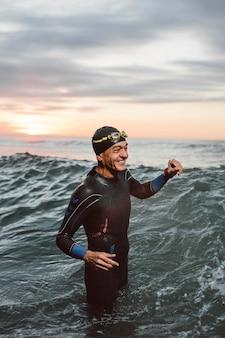 중형 샷 행복 함 swimmer in 바다 빛