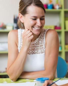 Средний снимок счастливый учитель сидит