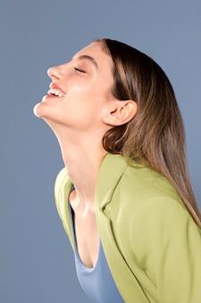 Средний снимок портрет счастливой белой женщины