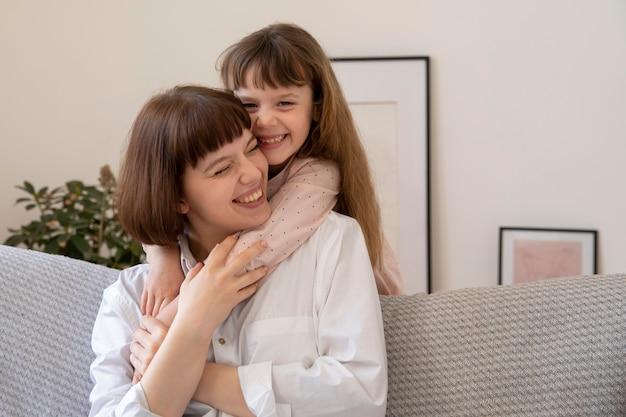 Средний план счастливая женщина и девушка