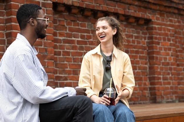 ミディアムショットの幸せな女性と男性