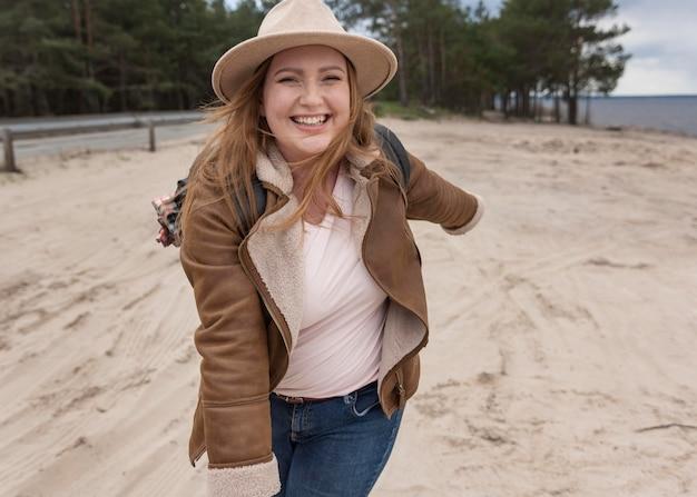 ビーチでミディアムショットの幸せな女性