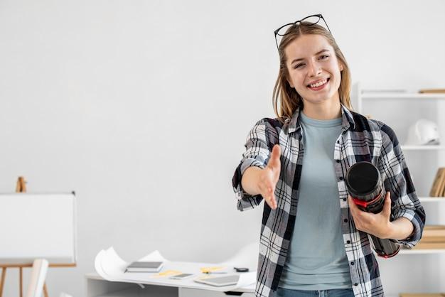 Средний снимок счастливая женщина дома
