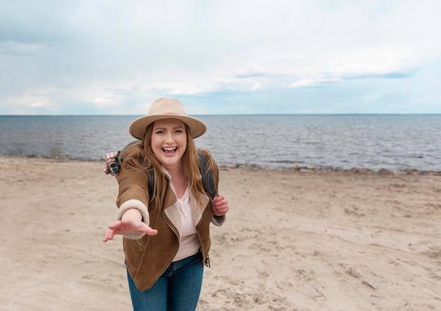 Средний снимок счастливая женщина на берегу моря