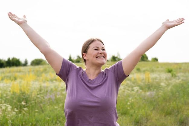 자연 속에서 중간 샷 행복한 여자 무료 사진