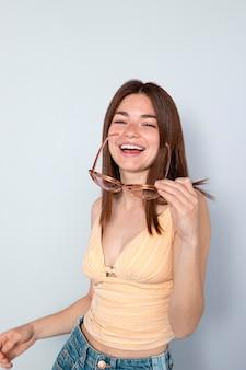 サングラスでポーズをとるミディアムショット幸せな女性