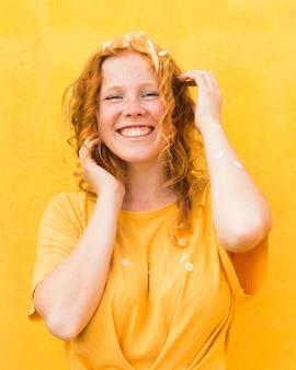 Средний снимок счастливая женщина позирует