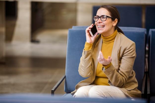 Средний снимок счастливая женщина сидит