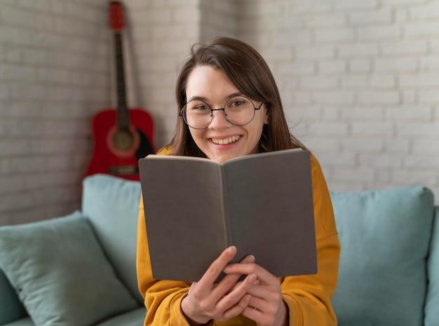 책 중간 샷된 행복 한 여자