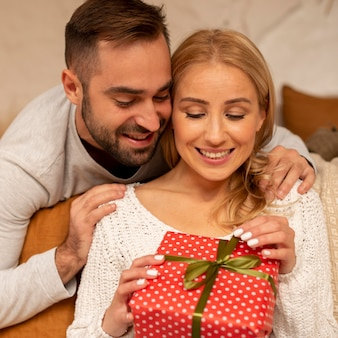 Средний снимок счастливая женщина с подарком