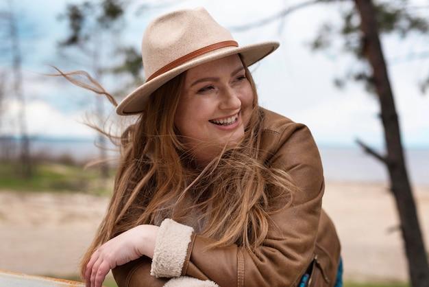모자와 중간 샷된 행복 한 여자