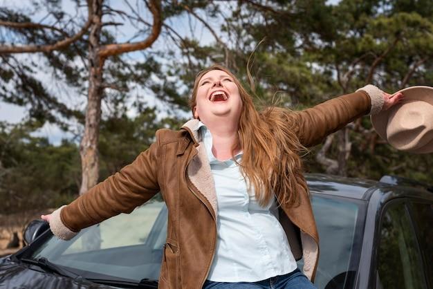 Средний снимок счастливая женщина в шляпе